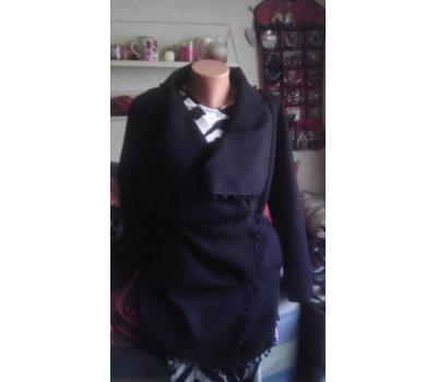 černý lehký kabátek s velkým límcem,